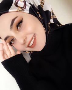 Image may contain: one or more people and closeup Tesettür Tunik Modelleri 2020 Arab Girls, Muslim Girls, Arab Women, Casual Hijab Outfit, Hijab Chic, Hijabi Girl, Girl Hijab, Muslim Fashion, Hijab Fashion