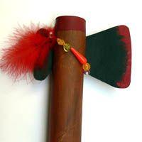 Indianerbeil (Tomahawk) basteln  Material: Küchenpapierrolle, biegfeste Pappe, Bleistift, Schere, Acryl (braun, schwarz, dunkelrot, rot), Klebefilm, Faden (braunton), Schmuck (Feder, Perlen, etc.)