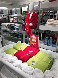 Bath Tub of Bath Towels Display at JCPenney – Fixtures Close Up Towel Display, Restoration Hardware Bedding, Visual Merchandising Displays, King Sheets, Linen Shop, Cheap Bed Sheets, Bed Linen Design, Luxury Bedding Sets, Shop Interiors