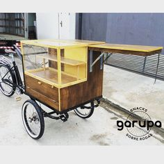 Food Bike with custom made fittings in Campos do Jordao. Mobile Restaurant, Mobile Cafe, Mobile Shop, Food Truck, Car Food, Food Box, Coffee Carts, Coffee Shop, Bicycle Cart