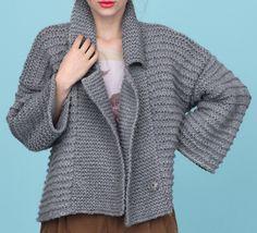 Soyez « Easy Chic » avec cette veste ample et cosy. Tricoté en ' Laine NEBULEUSE', avec un mélange de point mousse, agrémentée de deux pressions, elle sera très agréable à porter en toute occasion. A la maison comme en extérieur, restez chic et décontractée en toute occasion.Modèle tricot n°03 du catalogue 94 : Automne-Hiver 2013