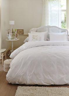 HOME L'AMOUR WHITE Een dekbedovertrek in helder wit laat je brocante meubels helemaal tot hun recht komen en geeft ze meteen een eigentijdse uitstraling. Het frisse ontwerp L'Amour, gemaakt van 100% katoen, voegt daar nog een bijzonder accent aan toe: op de voorzijde is het woord 'Love' in gehaakte sierletters aangebracht. De kussenslopen hebben door hun subtiele kanten afwerking precies dezelfde verfijnde klasse.