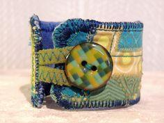 Handgefertigtes Textilarmband Länge: 16cm (ohne Schlaufe) Aus eigens gebatiktem Stoff (Innenseite), verschiedenen Baumwoll...