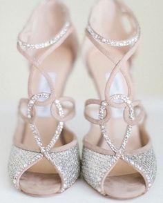 Nós amamos sapatos! E quando eles são lindos como esses @jimmychoo, então... Nosso coração até bate mais forte! E você, já encontrou o sapato dos sonhos para o grande dia?  #sapatodenoiva #weddingshoes #jimmychoo #shoes #sapatos #casamento #casamenteiras