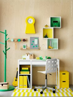 """Det är fortfarande sommarlov, men innan vi hinner säga """"multiplikationstabell"""" är uppropet här. En perfekt smygstart på höstterminen är att inreda en plats där kreativiteten får fart och lusten att lära infinner sig. MICKE skrivbord, IKEA PS 2014 klädhängare, FÖRHÖJA vägghyllor, JULES juniorstol. Mattan är av tejp direkt på golvet."""