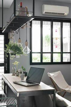 Étagère suspendue et fenêtre style verrière