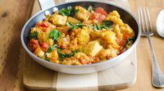 Frischer Spinat, köstlicher Blumenkohl, knackige Paprika und saftiges Hähnchenfleisch – unser Rezept für Low-Carb-Curry lässt keinerlei Wünsche offen.