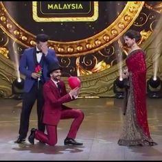 Ranveer { @ranveersingh } praising Deepika 😂 #flirting { @deepikapadukone } 😍❣️🙈🌹💕#iifaawards #malaysia #ranveersingh #deepikapadukone #arjunkapoor #bollywood #awardshow #goodnight 😴🌙🌟