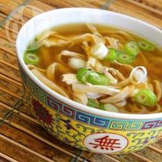 Foto da receita: Sopa chinesa de macarrão com frango