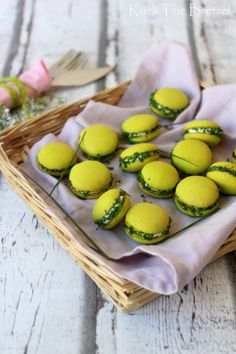 Macarons salés au fromage de chèvre et ciboulette ♡ fromage ♡ cheese ♡ Käse ♡ formatge ♡ 奶酪 ♡ 치즈 ♡ ost ♡ queso ♡ τυρί ♡ formaggio ♡ チーズ ♡ kaas ♡ ser ♡ queijo ♡ сыр ♡ sýr ♡ קעז ♡ Vegan Dinner Party, Dinner Party Recipes, Appetizer Recipes, Macarons, Tapas, Brunch, Macaroon Recipes, Appetisers, Food Inspiration