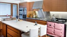 There are many ways to design the kitchen. Materials that can be applicable may also vary. We can see variations from the countertop to the cabinets. Elegant Kitchens, Luxury Kitchens, Cool Kitchens, Traditional Style Kitchen Design, Luxury Kitchen Design, Beautiful Kitchen Designs, Best Kitchen Designs, Condo Kitchen, Kitchen Decor