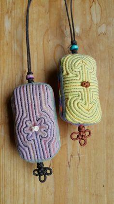 누빔노리개 : 네이버 블로그 Korean Crafts, Lace Jewelry, Korean Traditional, Handicraft, Needlework, Brooch, Quilts, Christmas Ornaments, Beads