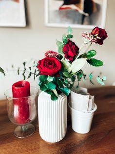 Blumen Tischdeko elegant romantisch in Rot mit Grün auf rustikalen Eichentisch Table Decorations, Elegant, Tableware, Home Decor, Still Life, Rustic, Classy, Dinnerware, Decoration Home