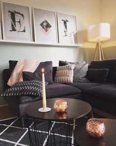 Copper Details! Auch nur ein Deko-Piece in Kupferfarben reicht aus, um für eine ganz besondere Stimmung zu sorgen. Mit dem Windlicht Copper lassen sich ganz wunderbar sanfteAkzente setzen. Kupfer kombiniert mit anderen Trend-Materialien wie dem Monochrome Look? Unbedingt! // Kupfer Dekoration Wohnen Wohnzimmer Einrichtung Sofa Teppich Beistelltisch Kissen Schwarz Weiss Deko Ideen #WohnzimmerIdeen  #Dekoration #DekoIdeen @wie.wir.wohnen