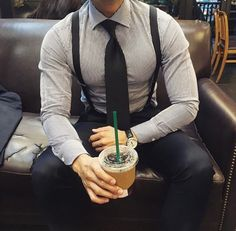 Accentuate the monochrome look with basic black suspenders Gentleman Mode, Gentleman Style, Mode Masculine, Teen Boy Fashion, Mens Fashion, Suspenders Outfit, Black Suspenders, Moda Formal, Style Masculin