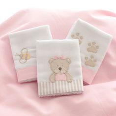 As Fraldinhas de boca são bordadas à mão com desenhos da Ursinha, suas pegadas e uma abelhinha com detalhes em rosa. Feitas em algodão, têm barra de tecido listrado, tema da coleção. São 03 unidades de 32 x 32 cm cada.