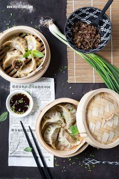 A recipe for gyoza (jiaozi, dim sum, dumplings) with minced meat and spring onion. So you steam Asian dumplings in a bamboo basket. Recipe For Gyoza, Mauritian Food, Low Carb Burger, Asian Street Food, Food Advertising, Asian Recipes, Ethnic Recipes, Minced Meat Recipe, Glenda