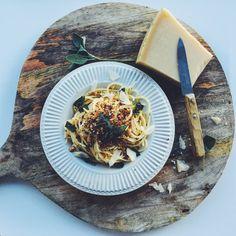 Pangrattato (gebakken broodkruim) geeft een bord spaghetti een instant…