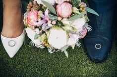 MoviesArt | Hochzeitsfotograf | Bräutigam | Braut | Brautpaar | Hochzeit | Fotoshooting am Hochzeitstag | Eheringe | Brautstrauß | Brautschuhe | vsco | Schuhe Bräutigam | Hochzeitsfotografie | Details |