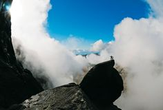 """Schottlands berühmtester Felsblock: Am Cioch, gelegen inmitten der Felswand des Sron na Ciche, wurden einige Duelle für den Film """"Highlander"""" gedreht."""
