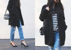 jeans con saco negro y blusa a rayas