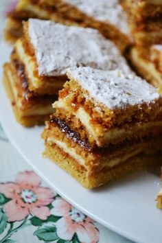 The appetite comes cooking !: Bees with honey bees Loading. The appetite comes cooking !: Bees with honey bees Romanian Desserts, Romanian Food, Romanian Recipes, Sweets Recipes, Easy Desserts, Cookie Recipes, Special Recipes, Sweet Cakes, Yummy Cakes