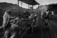 A family leaves a coal mine (Dhanbad, Bihar, India By Sebastião Salgado Photography Series, Amazing Photography, Street Photography, Poverty Photography, Urban Photography, Color Photography, Documentary Photographers, Famous Photographers, Edward Weston