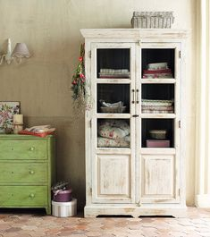 Vitrina blanca Avignon - where there isn't a linen closet Primitive Furniture, Upcycled Furniture, Painted Furniture, Diy Furniture, Wood Display, House Made, New Room, Decoration, Home And Living