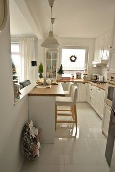 White wardrobes and white floor in a narrow kitchen - Decor Cuisine - Armoires blanches et sol blanc dans une cuisine étroite – Decor Cuisine White cupboards and white floor in a narrow kitchen, cupboards kitchen Small Modern Kitchens, Modern Kitchen Design, Beautiful Kitchens, Cool Kitchens, Kitchen Designs, Modern Spaces, Dream Kitchens, Home Decor Kitchen, Country Kitchen