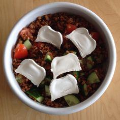 Geen brood in huis, maar geen probleem, met een half glas speltkorrels (45min koken), tomaat, komkommer en geitenkaas heb je ook een lekkere middagsnack.