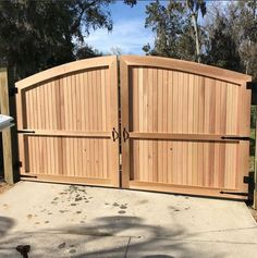 The perfect style for privacy and beauty all-in-… – front yard fence ideas House Front Gate, Front Yard Fence, Front Gates, Entrance Gates, Wooden Fence Gate, Wood Picket Fence, Wood Fences, Fence Gates, Diy Privacy Fence