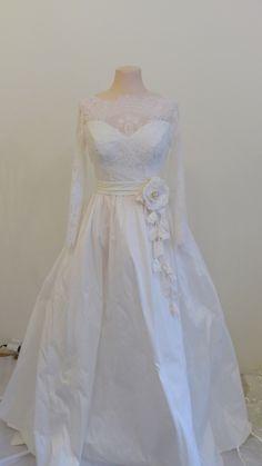 Svatební šaty s rukávem Vypasované šaty z jemné krajky a krásného taftu ve…