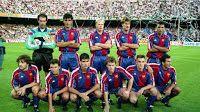 F. C. BARCELONA - Barcelona, España - Temporada 1992-93 - Zubizarreta, Nadal, Koeman, Michael Laudrup, Stoichkov; Bakero, Eusebio, Guardiola, Juan Carlos, Ferrer y Beguiristain - F. C. BARCELONA 2 (Bakero y Stoichkov), REAL MADRID 1 (Michel) - 05/09/1992 - Liga de 1ª División, jornada 1 - Barcelona, Nou Camp - El Barça, con Cruyff de entrenador, volvió a ganar la Liga Barcelona Football, Fc Barcelona, Real Madrid, Basketball Court, Barcelona Spain, Football Team, Training, Seasons, Sports