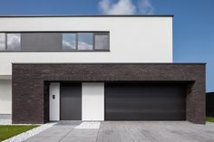 Mix of materials Modern Exterior, Exterior Design, House Outside Design, Brick Paneling, Hillside House, Home Garden Design, Container House Design, House Elevation, House Entrance