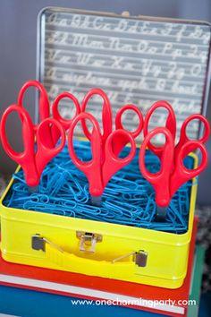 Tijeras expuestas como piruletas para una fiesta vuelta al cole! / Scissors presented like lollipops for a back-to-school party!