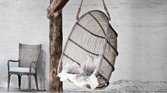 """För mer än 50 år sedan presenterade Sika-Design """"det hängande ägget"""" för första gången. Idag är det en klassiker som används lika mycket inomhus som utomhus under tak och skyddat från vatten. Det finns en mer lämpad modell för utomhusbruk med plastband lindade runt rottingen så att den håller för väder och vind. Monteras i tak eller bjälke. Finns i taupe (grå), antik, brun och natur (ljusbrun)."""
