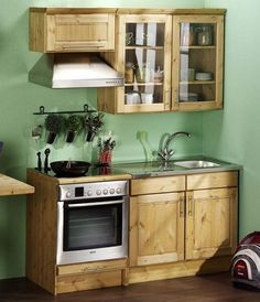 Browse photos of Small kitchen designs. Discover inspiration for your Small kitchen remodel or upgrade with ideas for organization, layout and decor. Small Space Kitchen, Mini Kitchen, Kitchen Units, Little Kitchen, Kitchen Dining, Kitchen Decor, Kitchen Cabinets, Small Spaces, Sweet Home