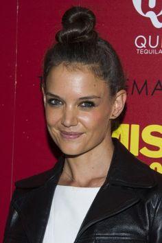 Katie Holmes trägt eine verspielte Version des Klassikers: ihr Dutt ist leicht eingedreht - Inspiration für die Silvester-Frisur.