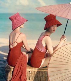 Sob oo guarda-sol na praia - Vogue, Janeiro de 1963. Fotografia: Louise Dahl-Wolfe #vintage