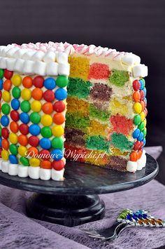 Przepis na kolorowy tort szachownica. Kolorowy tort zarówno na zewnątrz jak i w środku. Tort szachownica składa się z sześciu kolorowych blatów z ciasta ucieranego, które odpowiednio pocięte i poukładane w przekroju wyglądają jak kolorowe kosteczki. Food And Drink, Birthday Cake, Desserts, Pies, Food Cakes, Tailgate Desserts, Birthday Cakes, Deserts, Postres