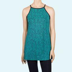 Camiseta larga de tirantes con cuello halter. De un tejido de viscosa en color turquesa. Diseño original de InstintoBcn para la colección casual del Verano 2017.