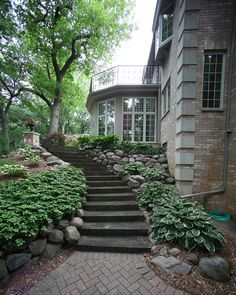 like staircase, don't like herringbone paver pattern, don't like mulch color, like hastas