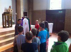 Bij St. Joseph legt pastoor Tuan de liturgische kleuren uit. 22/5/15