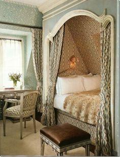 Bett in einer Raumnische mit Vorhang