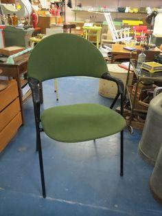 Hyväkuntoinen 50/60-luvun upeastu muotoiltu tuoli. Verhoilu on ehjä ja hyväkuntoinen, pieniä käytön jälkiä voi näkyä. Käsinojien nyöritykset ovat ehjät, metallirungossa vähäisiä käytön jälkiä.