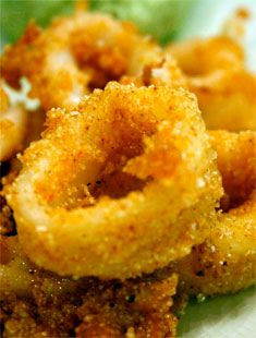Calmars frits épicés: Les calmars frits épicés sont un apéritif délicieux que vous avez probablement essayé dans un restaurant, mais c'est aussi très facile à faire à la maison