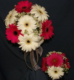 Bouquet idea--except mine would be red and black daisies with baby's breath or just red daisies and white anemones and the girls would just have red daisies, but i like this pic size wise!