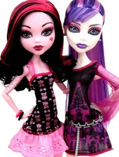 ♥by Picklepud. Draculaura and Spectra, Scaris-inspired outfits.