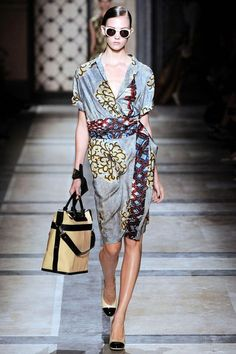 The complete Dries Van Noten Spring 2010 Ready-to-Wear fashion show now on Vogue Runway. Look Fashion, Runway Fashion, Spring Fashion, High Fashion, Fashion Show, Fashion Outfits, Womens Fashion, Fashion Design, Fashion Trends