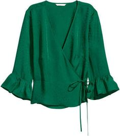 H&M Patterned wrapover blouse - Green Blouse in woven, crêped fabric with a V-neck and wrapover front with concealed button and hook-and-eye fastening. Ties at one side and sleeves with ruffle trim. Blouse Patterns, Blouse Designs, Sewing Patterns, Hijab Style, Blouse Styles, Ladies Dress Design, Pulls, Emerald Green, Shirt Blouses